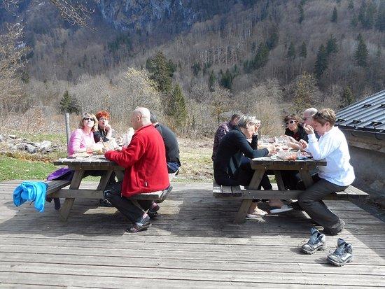 Samoens, France: deux tables pour le pique nique juste à coté du gite