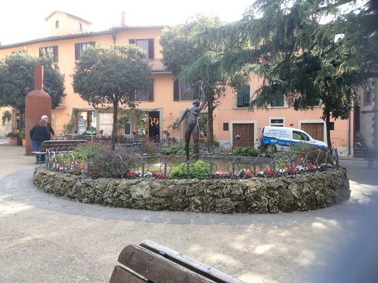 Villa Sangiovese: Walk out of the villa and you are in the town plaza