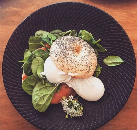 Campbelltown, Austrália: Homemade breakfast bagel with poached eggs and smoked salmon