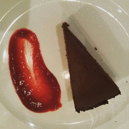 Sisak, Chorwacja: Chocolate cake with raspberry sauce