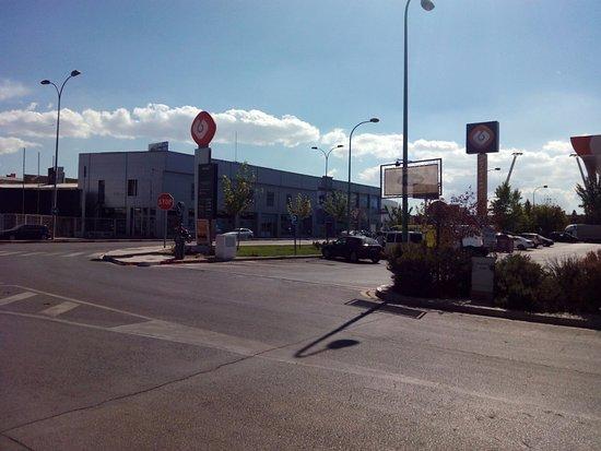 Armilla, España: Gasolinera con cartel del bar
