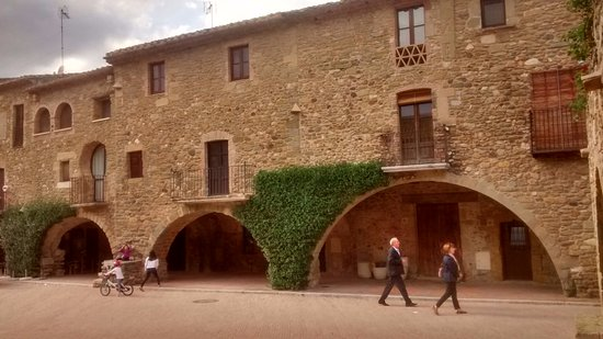 Monells, España: Plaza mayor al fondo el restaurante