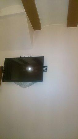 AinB Gothic-Jaume I: Под телевизором замазано цементом, без дальнейшей отделки