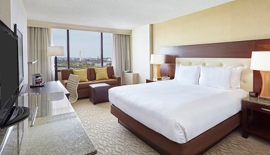 DoubleTree by Hilton - Washington DC - Crystal City: King Room with Sofa
