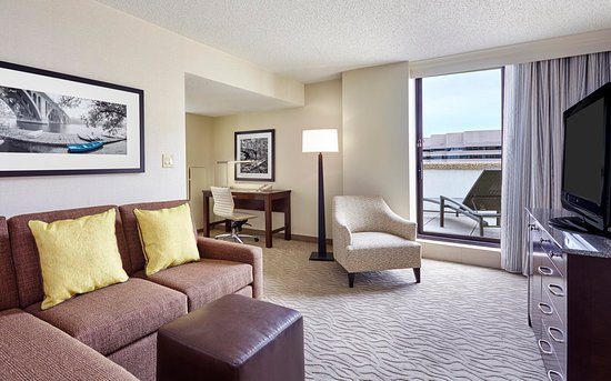 DoubleTree by Hilton - Washington DC - Crystal City: King Balcony Suite