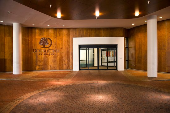 DoubleTree by Hilton - Washington DC - Crystal City: Hotel Entrance