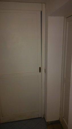 Hotel&Resort Le Axidie: Closed bedroom door!