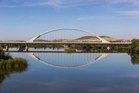 Puente de Lusitania: Puente Lusitana y su reflejo