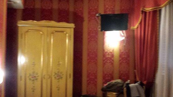 Hotel Belle Arti: Mobiliário para roupas simples. Televisão com pacote mínimo à cabo.