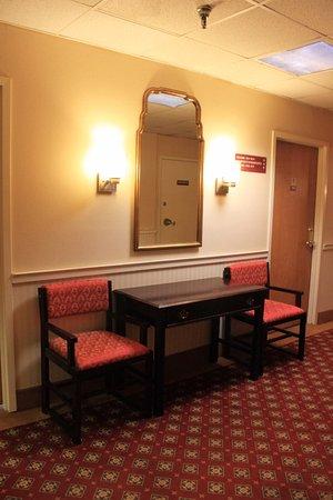 St. Charles Hotel: Hallways