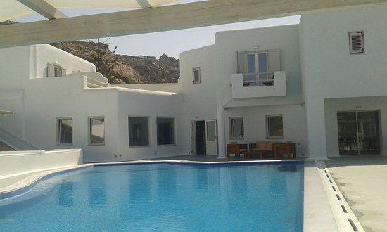 Tourlos, Grekland: Typische Myconian stijl hotel met zwembad.