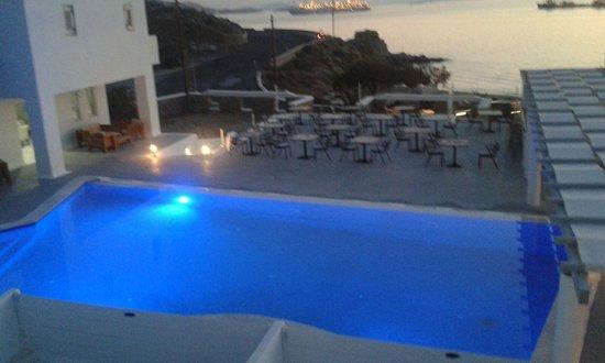 Tourlos, Grekland: Zicht op zwembad en strand.