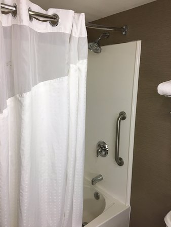 Holiday Inn Express & Suites Bethlehem: Shower/Tub