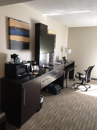 Holiday Inn Express & Suites Bethlehem: Entertainment System/Dresser/Workspace