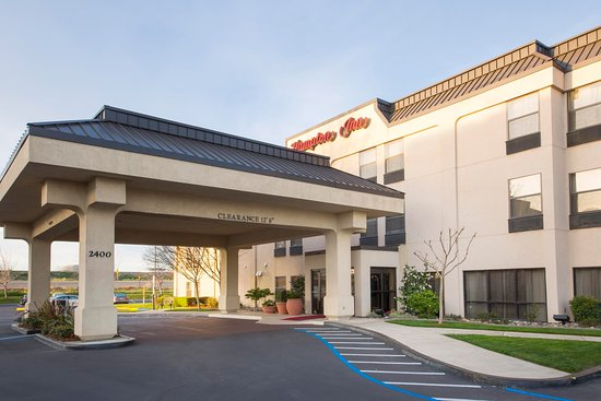 Hampton Inn Tracy: Hotel Exterior and Drive