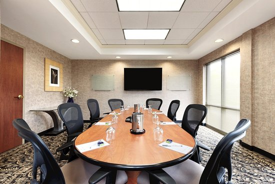 Hampton Inn & Suites Kansas City Country Club Plaza : Summit Boardroom