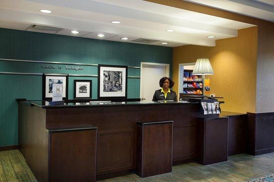 Hampton Inn & Suites Burlington: Front Desk