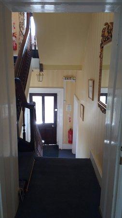 Fossebridge, UK: Looking downstairs to the front door