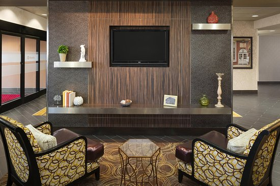 Pell City, AL: Lobby with HDTV