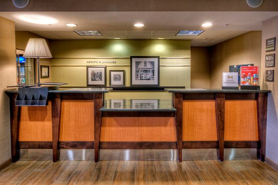 Hampton Inn & Suites Petoskey: Front Desk