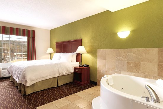 Hampton Inn & Suites Greenfield: King Whirlpool Room