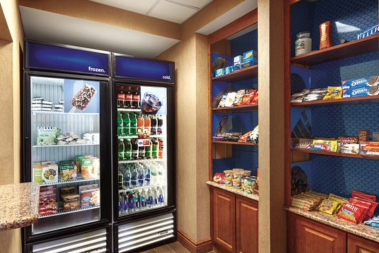 Hampton Inn & Suites Greenfield: Pavillion Pantry