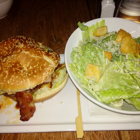 Prince George, Canadá: 3 Piggies Burger with Ceasar Salad $15.49