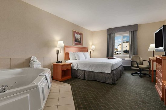 Gillette, WY: Whirlpool Guest Room