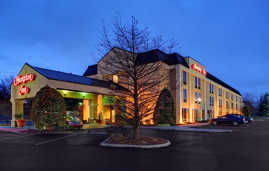 Hampton Inn Johnson City: Evening View of Hotel Exterior