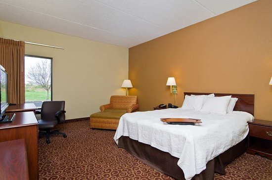 Wooster, OH: Accessible Queen Guestroom