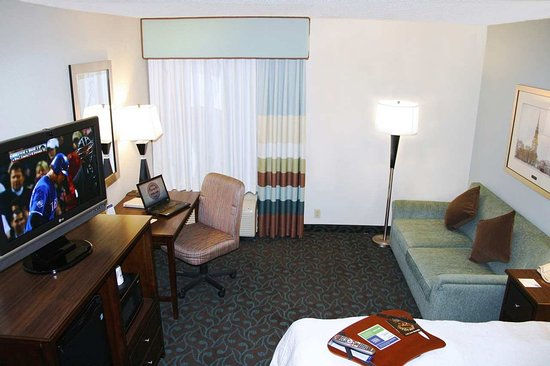Hampton Inn Portsmouth Central: 1 Queen Bed Guest Room