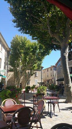 Peyriac-de-Mer, Frankrike: Vue sur la Place de la Mairie depuis la terrasse ...