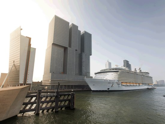 Building De Rotterdam & Cruise ship at the Wilhelminapier