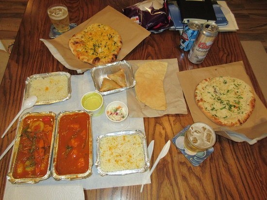 Athenry, Irlanda: Veggie and Chicken Curries, rice, naan bread, samosa