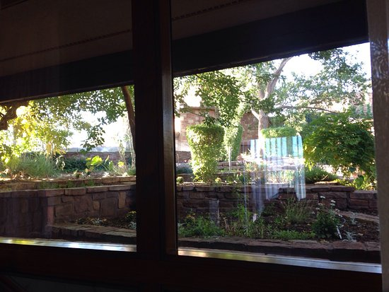Cameron Trading Post Grand Canyon Hotel: Garden view from motel room