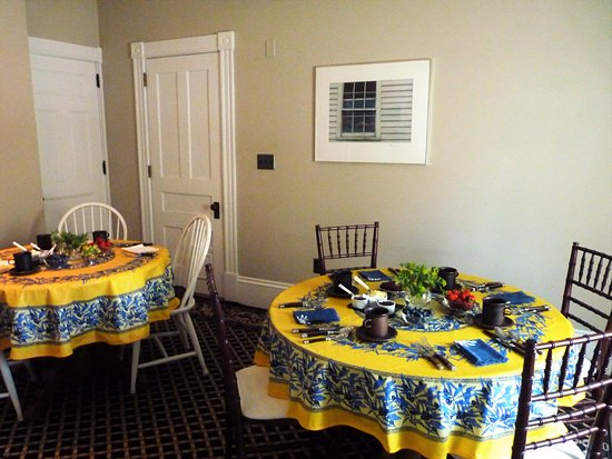 Colony House Bed & Breakfast: Expansive continental breakfast served daily