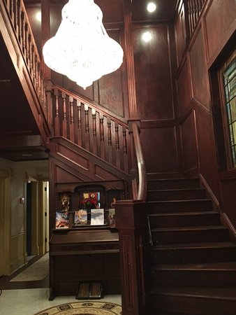 Marion, KS: Staircase from the lobby