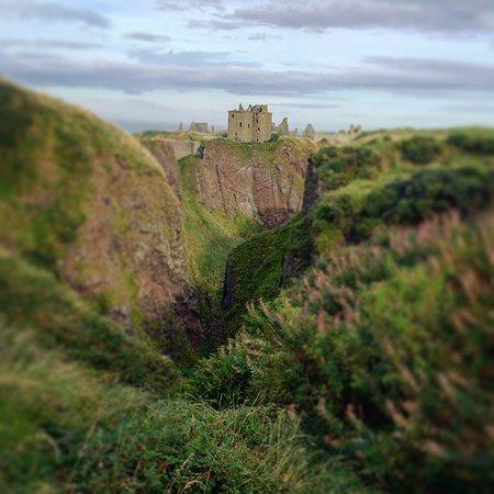 Stonehaven, UK: The castle view through the ravine
