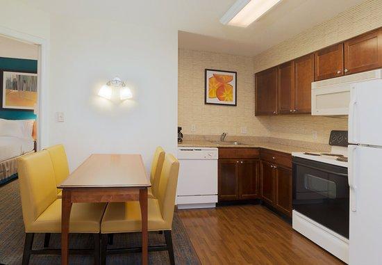 Stanhope, Νιού Τζέρσεϊ: Two-Bedroom Suite - Kitchen