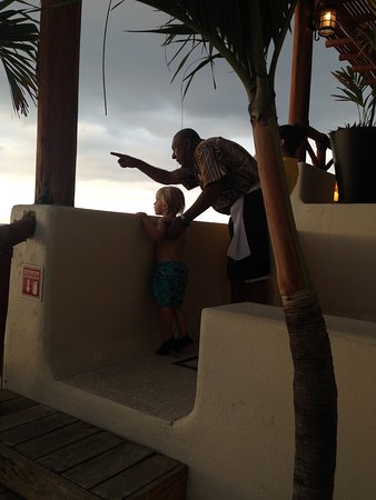 Playa Fiesta BeachClub & Hotel: Pato showing Bodie a whale.
