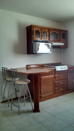 Amueblados San Isidro: Dep # 401 Cocina y Barra para 2 Personas