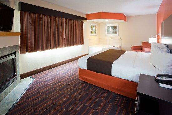 AmericInn Lodge & Suites Shakopee - Canterbury Park: Americ Inn Shakopee Room Suite Bedroom