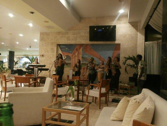 Nos deleitamos una noche con este grupo de señoritas interpretando música cubana... Compramos el