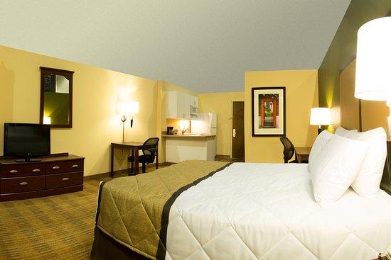 Peoria, IL: Studio Suite - 1 Queen Bed