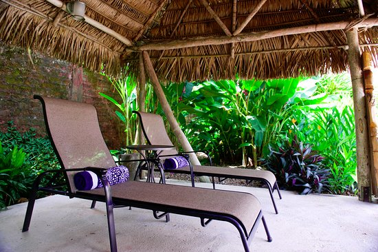 Punta Gorda, Belize: Relax under the tatch and or cetch up with your reading.