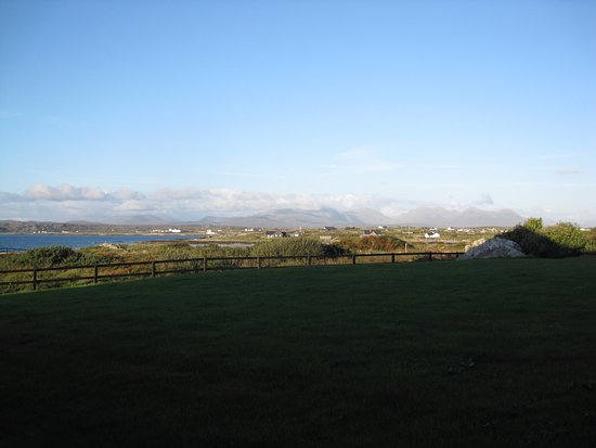 Ballyconneely, Irland: Just outside the sliding door from hotel room.