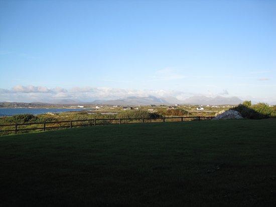 Ballyconneely, Irlanda: Just outside the sliding door from hotel room.