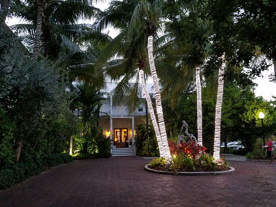 Parrot Key Hotel and Resort: View of front entrance in the evening
