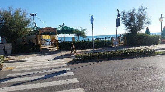 Hotel Sole: Strand over veien