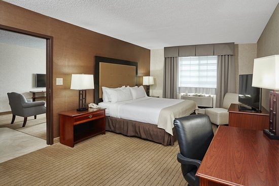 Carol Stream, IL: King Suite with full kitchen